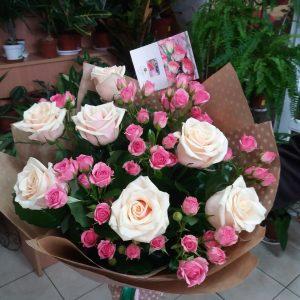 Кремовая роза и кустовая розовая