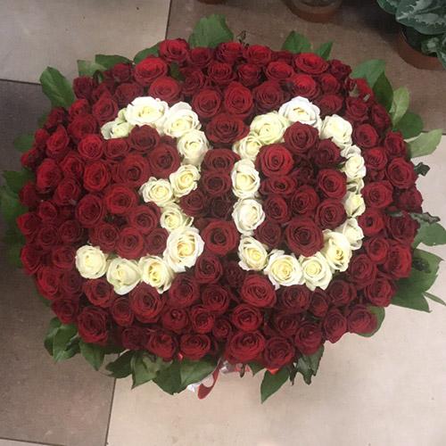 букет 101 роза с числами в корзине