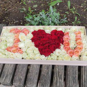 великий букет троянд в коробці у формі I love You для коханої