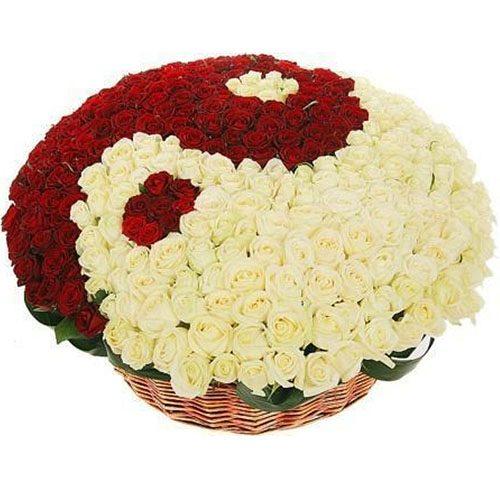 """101 біла та червона троянда """"Інь-Ян"""" у кошику фото"""