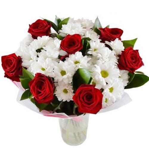 """Букет """"Подарочек"""" красные розы, ромашковые хризантемы"""