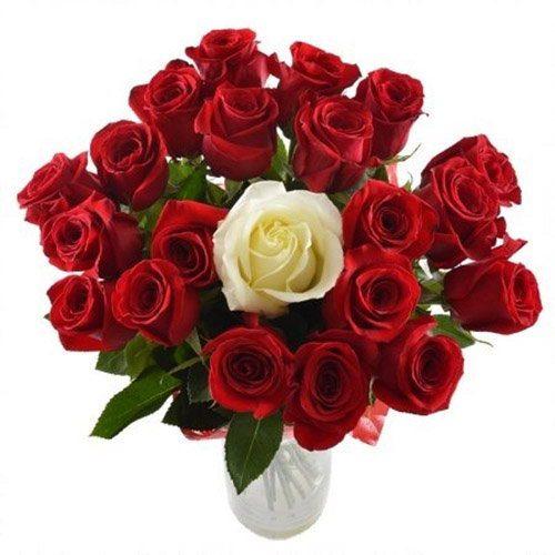 """Букет """"Принцесса"""" 20 красных и 1 белая роза"""