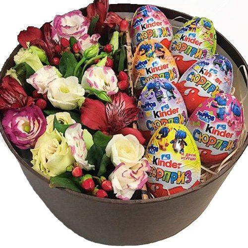 Коробочка з кіндерами та квітами