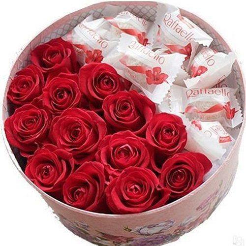 Сладкая коробочка красные розы и рафаэлло