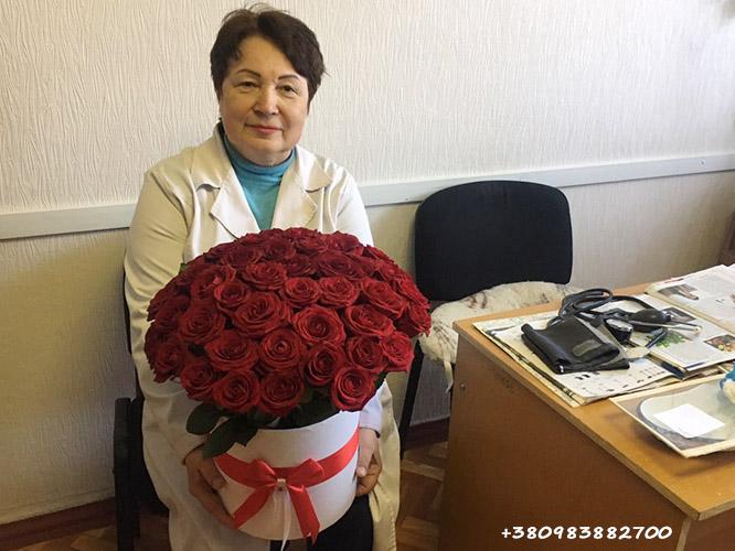 червоні троянди в капелюшній коробці