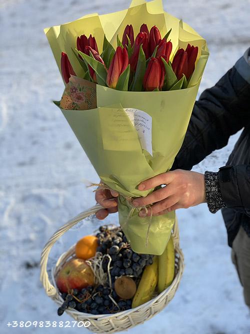 красные тюльпаны и корзина фруктов доставка в Хмельницком