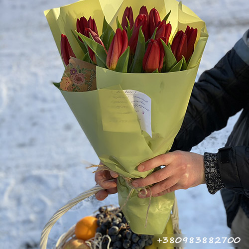 подарок букет тюльпанов и корзина фруктов