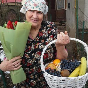 идеальный подарок - тюльпаны и фрукты в корзине фото