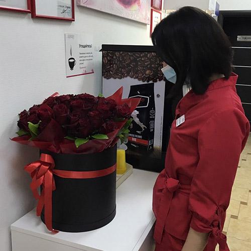 красные розы в шляпной коробке фото