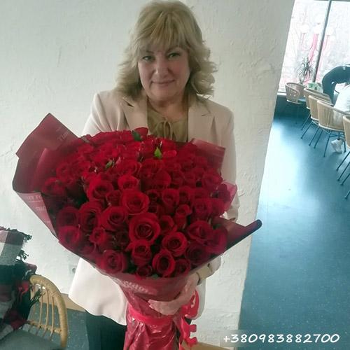 вручение букета красных роз