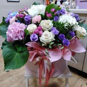 большая и яркая коробка цветов с бантиком для любимой